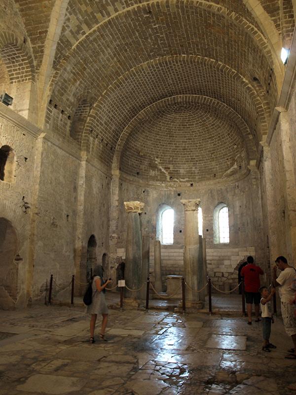 Справа - очередь заснять проступающий лик на камне.  церковь Святого Николая, Демре, Турция, осень 2013