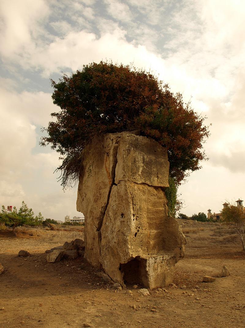 Скала и остатки гробницы.  Пафос, Кипр, осень 2014