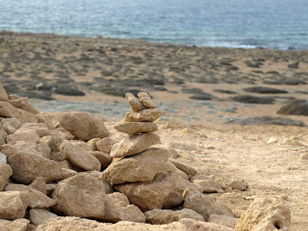 Непонятный курган и море.  Пафос, Кипр, осень 2014