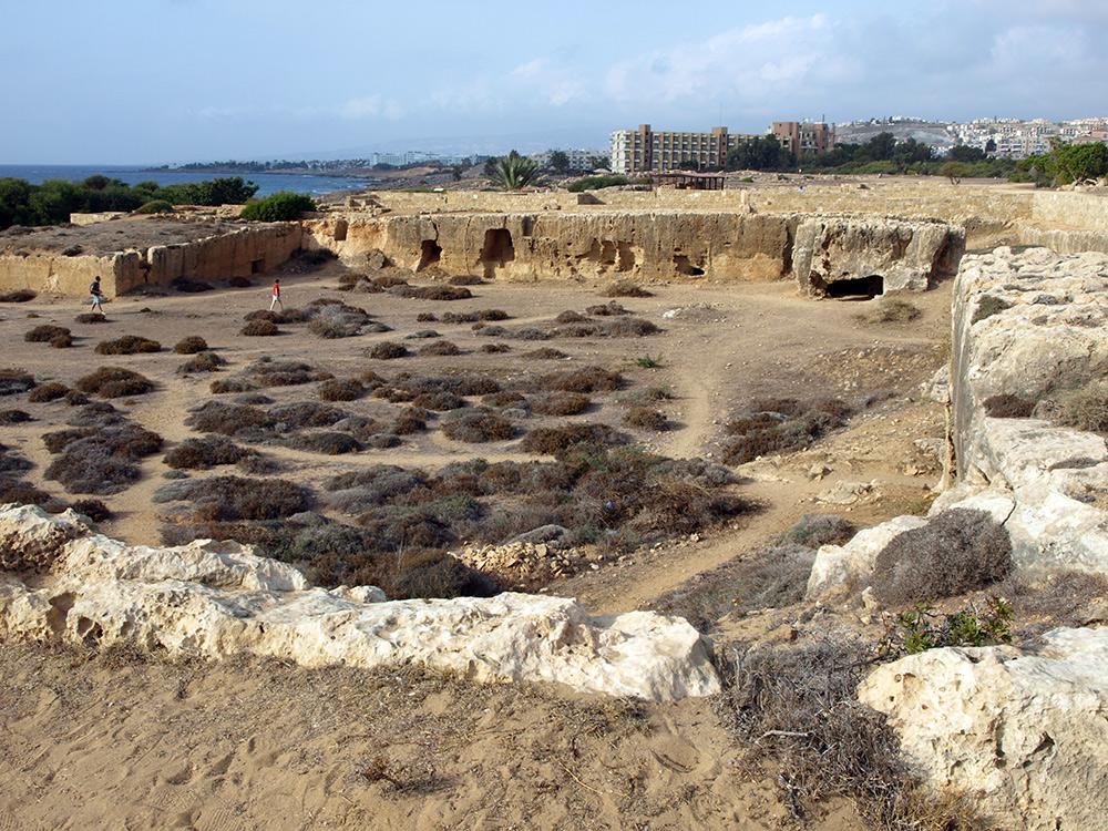 Целая площадь с захоронениями. Пафос, Кипр, осень 2014