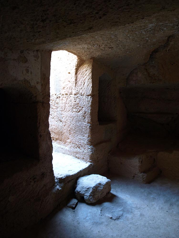 Внутри склепа. Пафос, Кипр, осень 2014