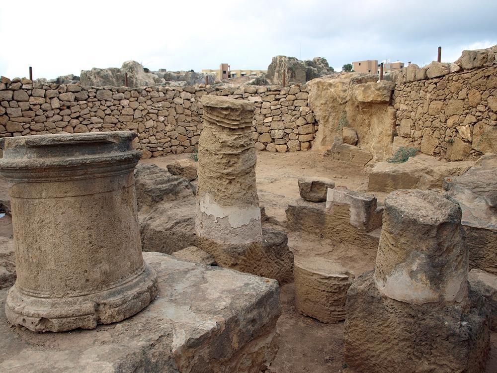 Остатки колонн и стен. Пафос, Кипр, осень 2014