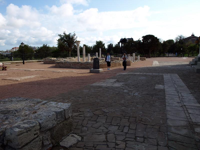 Неподалеку от храма. Херсонес, Крым, весна 2010