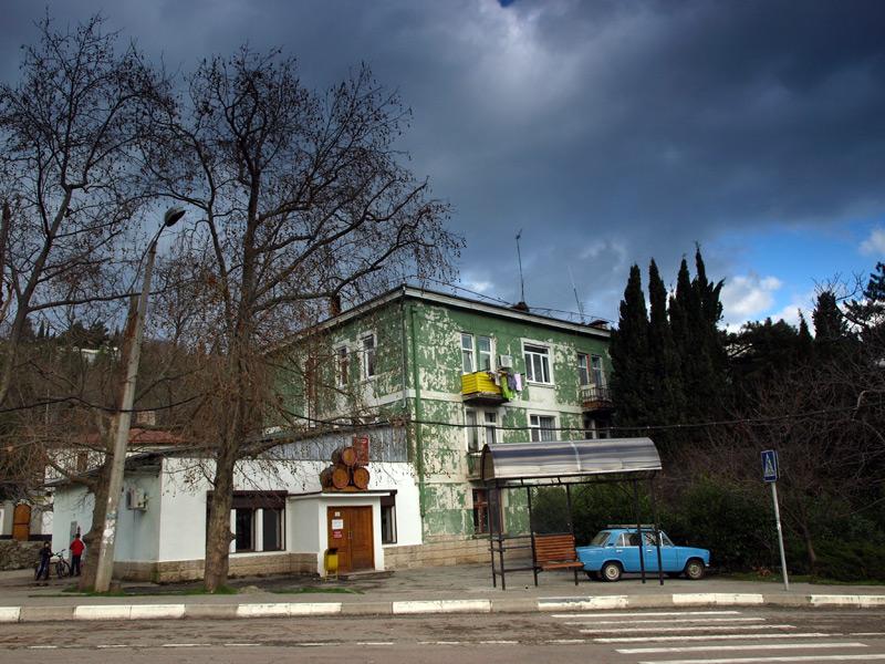 Винный магазин и пятнистый дом.:)  Гурзуф, Крым, зима 2011