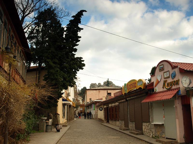 Прямо только в гору.:)  Гурзуф, Крым, зима 2011