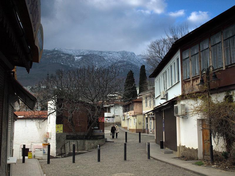 Вид на далекие горы над улочками.  Гурзуф, Крым, зима 2011
