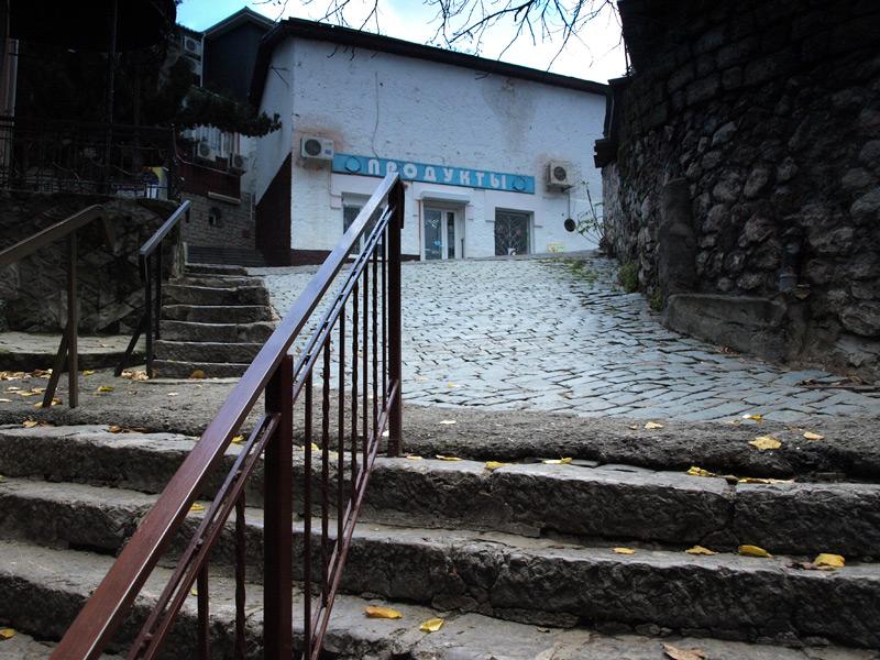Лестница и магазин.  Гурзуф, Крым, зима 2011