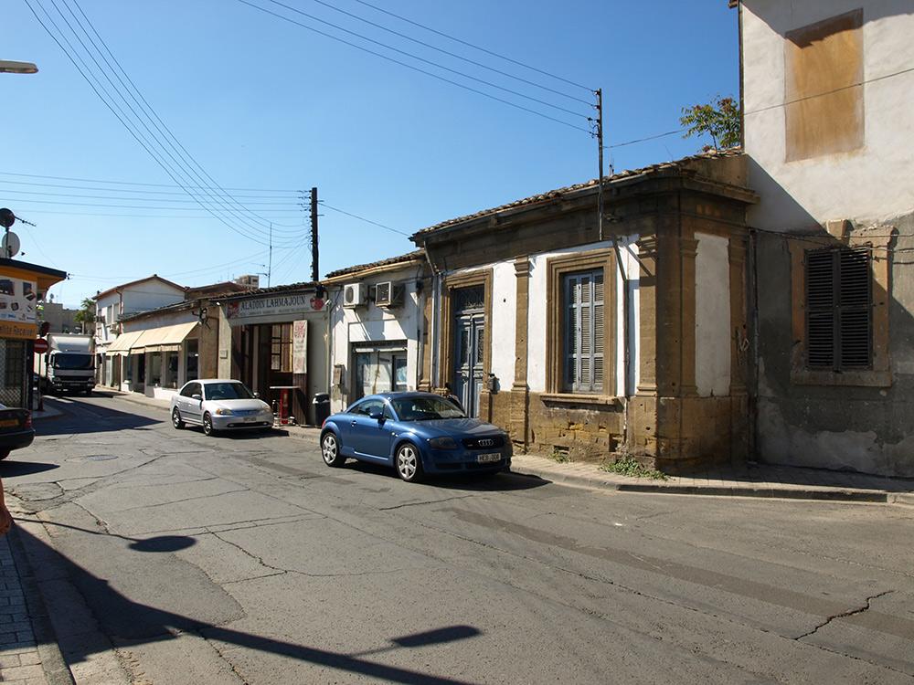 Маленькие домики со следами пуль.   Никосия, Кипр, осень 2014