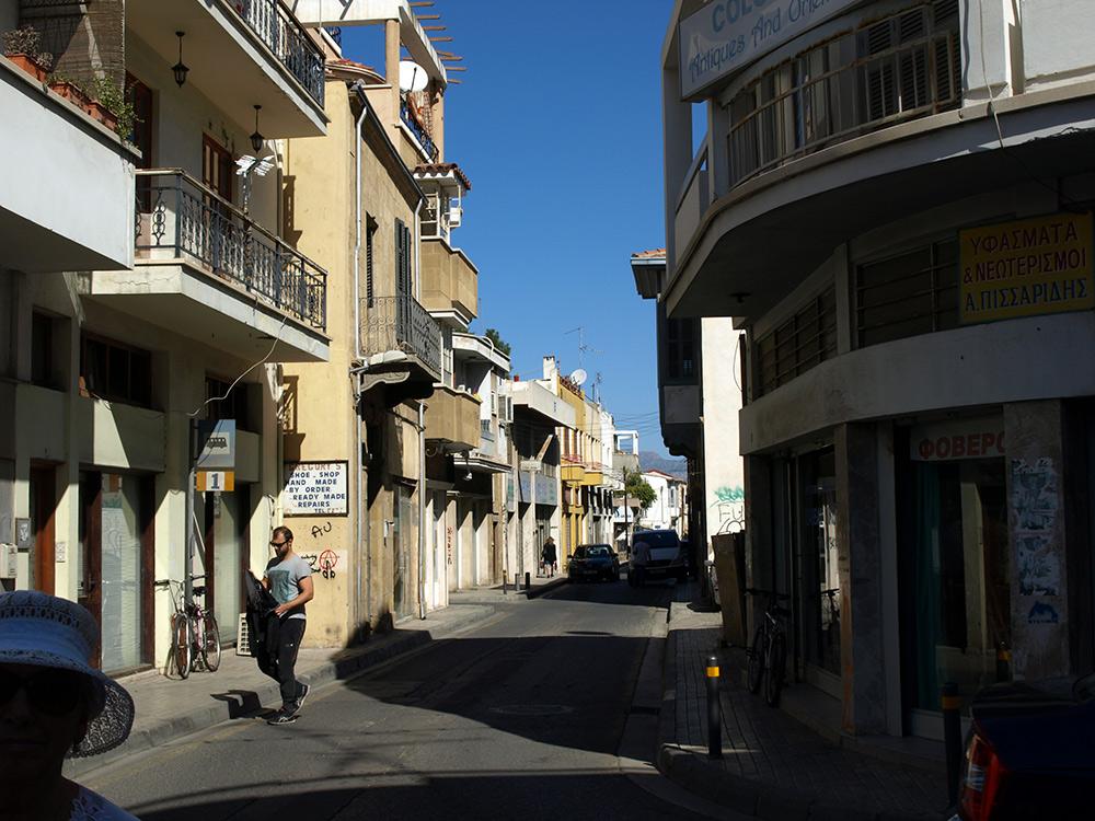 Незаметная автобусная остановка.   Никосия, Кипр, осень 2014