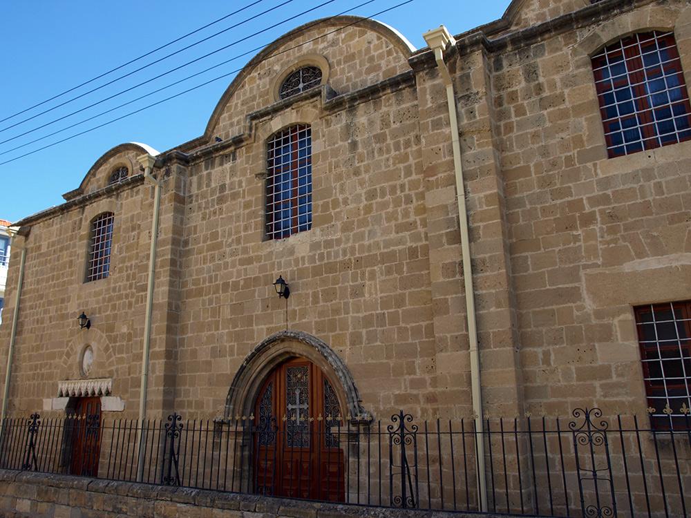 Малая часть собора, вместившаяся в широкоугольный объектив на узкой улочке.   Никосия, Кипр, осень 2014