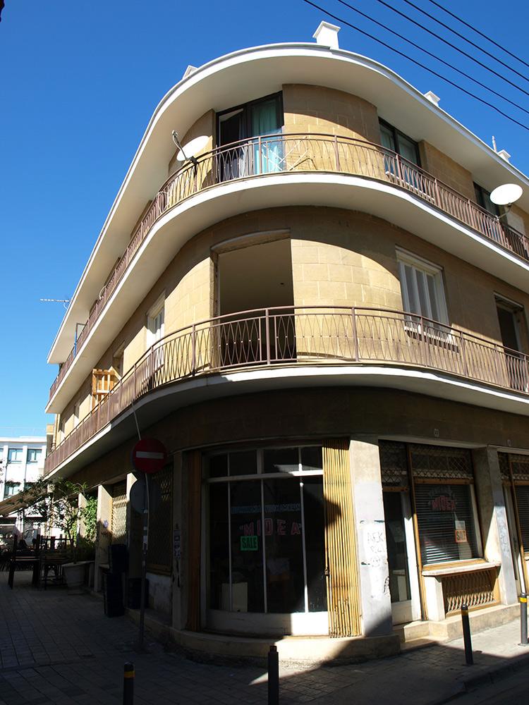 Скругления углов.   Никосия, Кипр, осень 2014
