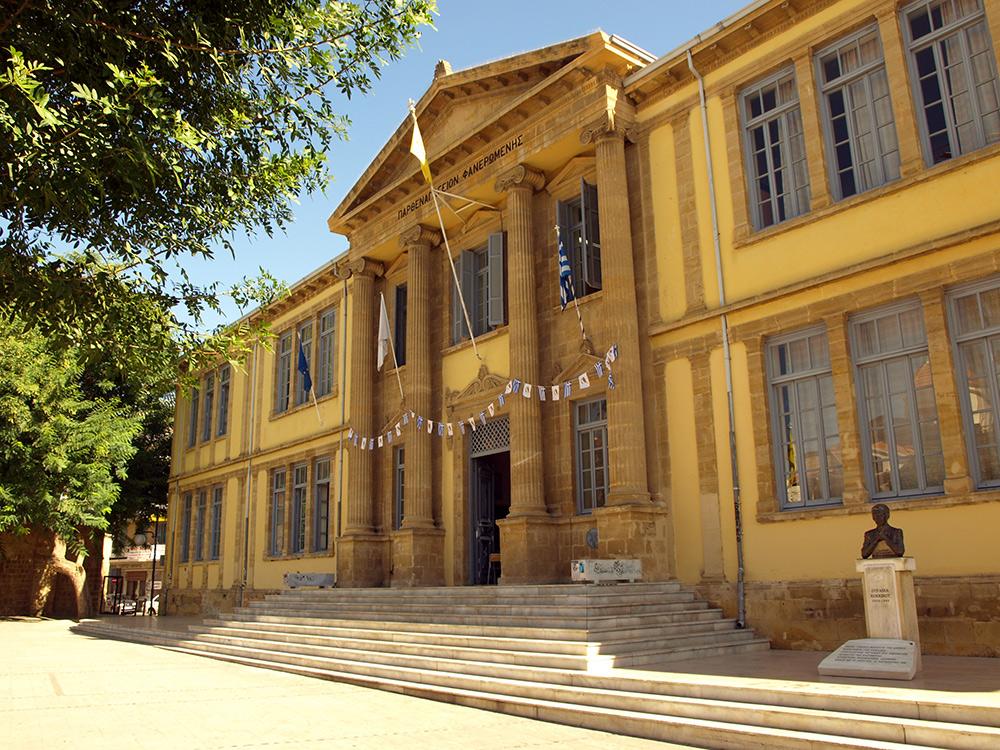 Здание школы. Оттуда раздавалось детское пение.   Никосия, Кипр, осень 2014