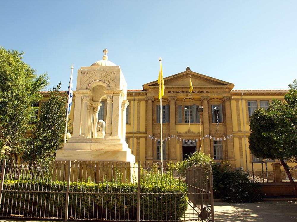 Памятник и школа.   Никосия, Кипр, осень 2014