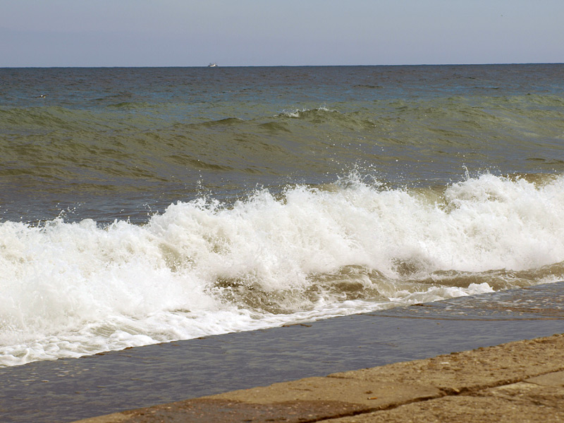 Неспокойное море. Алушта, Крым, весна 2010