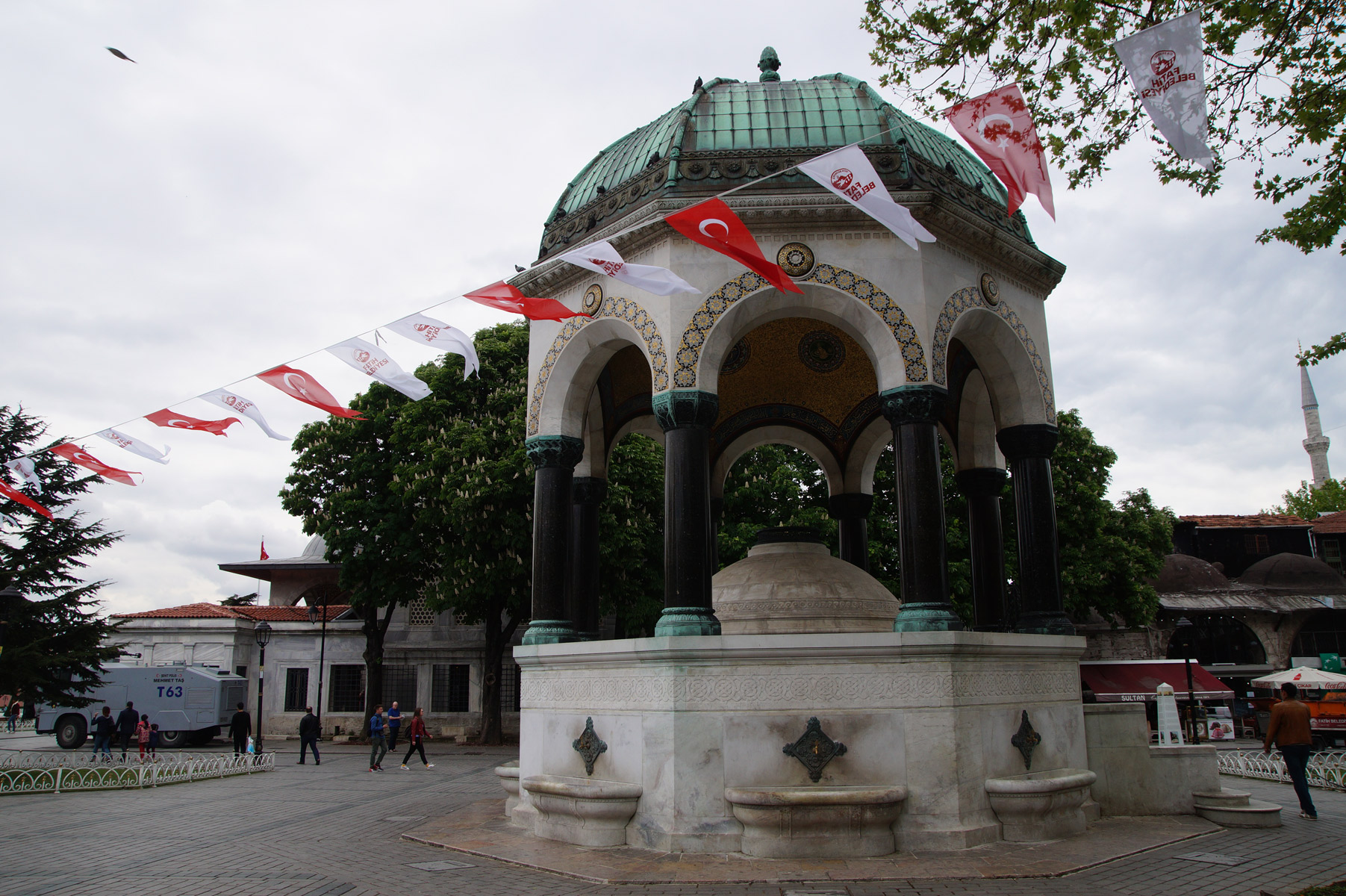 Немецкий фонтан на площади Султанахмет.  Стамбул, Турция, весна 2019