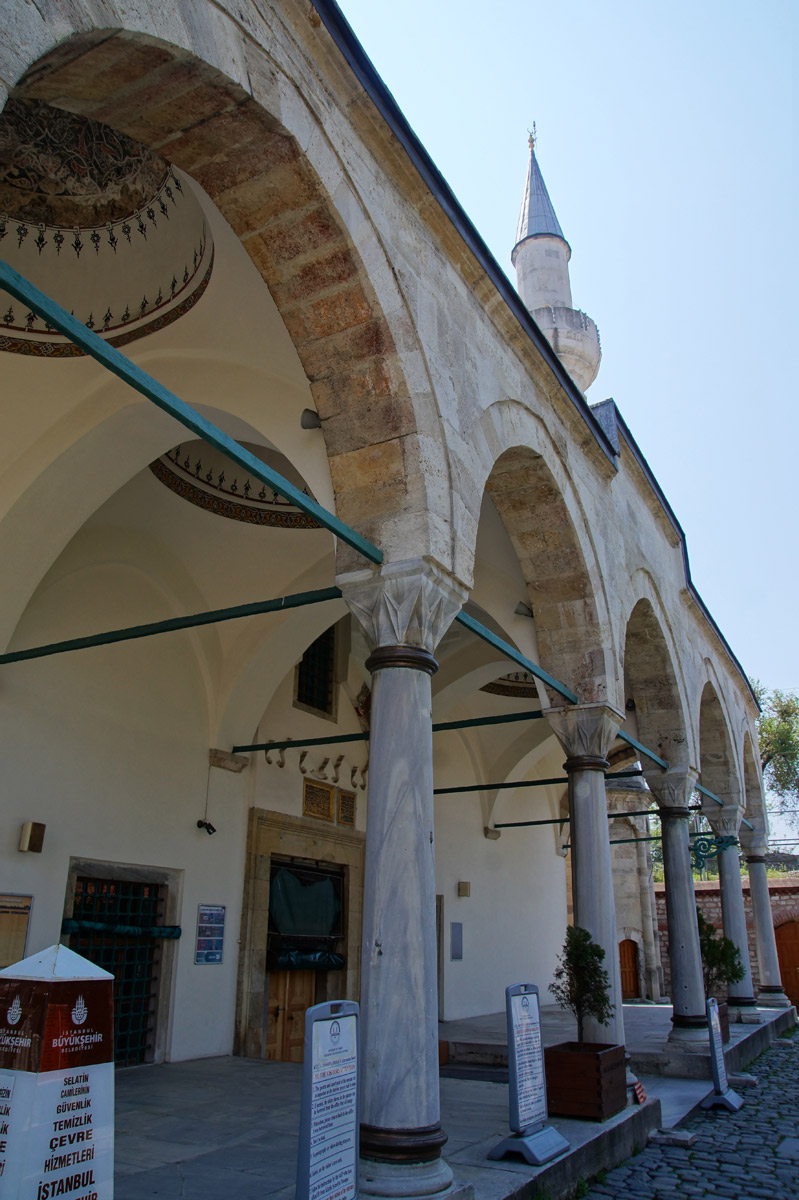 В саму мечеть, увы, заглянуть было нельзя. Невозможность подтвердил некий мусульманского вида дядька, сурово махавший во дворе половиком. Так что довольствуемся видами снаружи. Стамбул, Турция, весна 2019