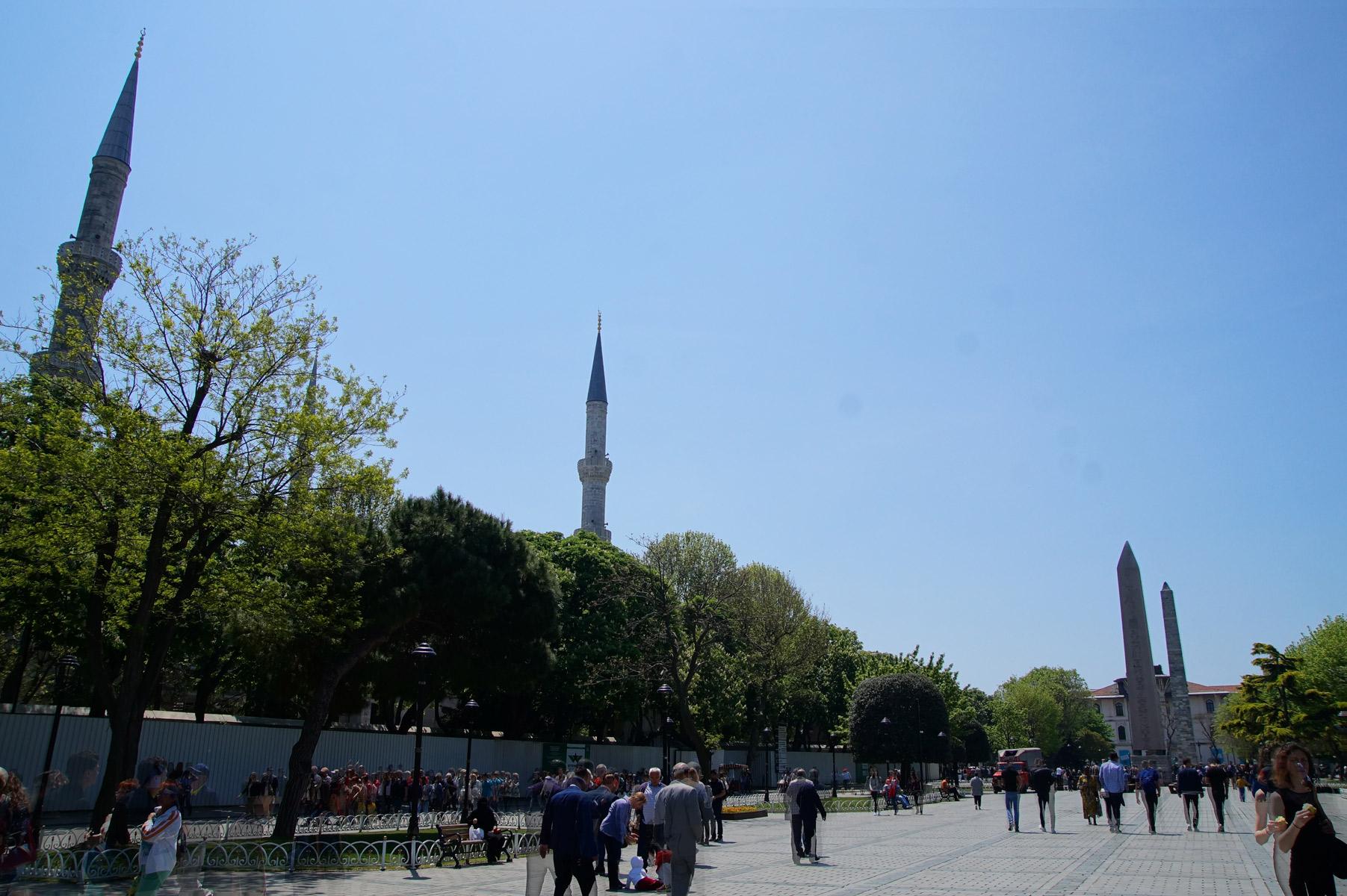 Минареты Голубой мечети. Саму мечеть не видно за безобразным строительным металлическим забором. Местные мэры Собакины так же активны, как и наши! Стамбул, Турция, весна 2019