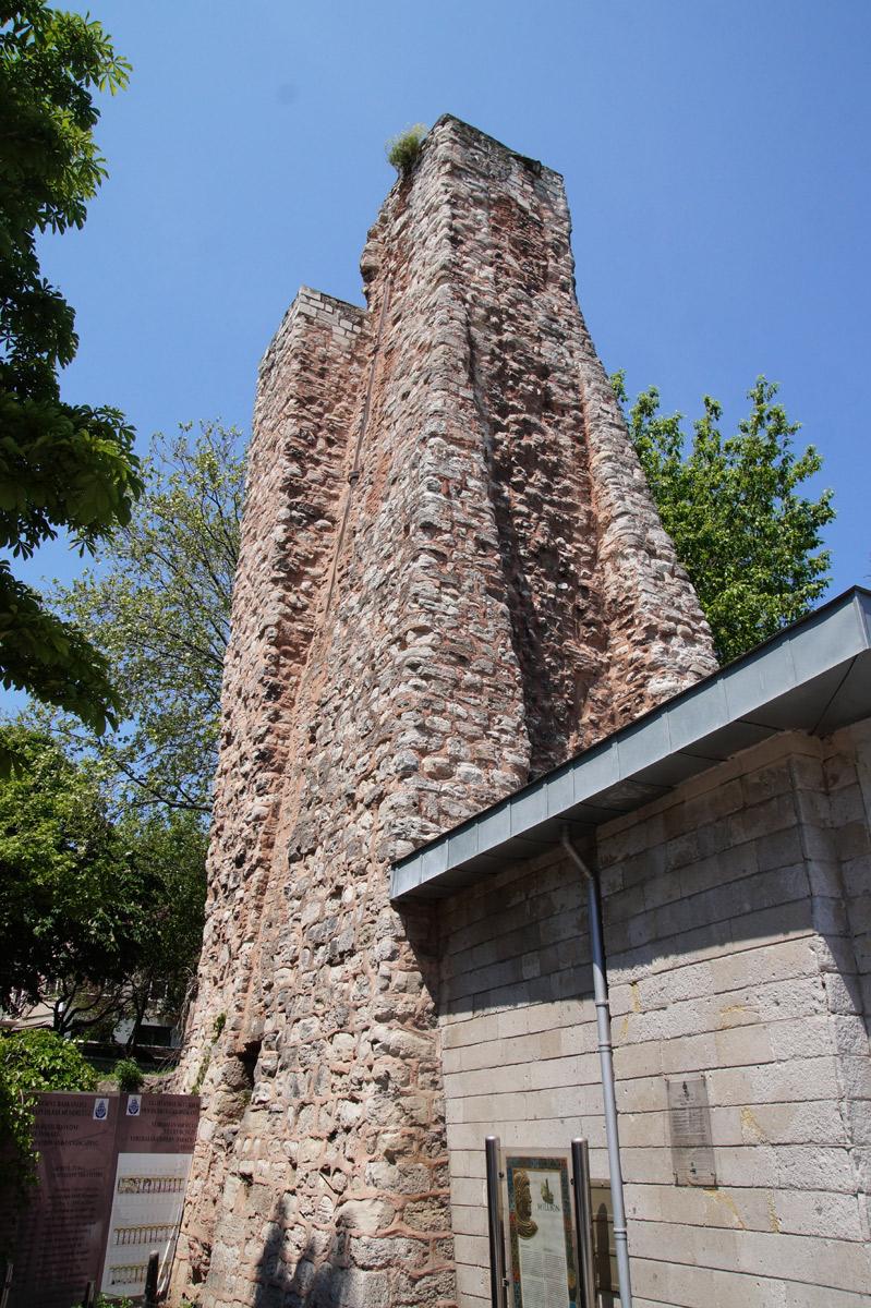 Остатки сооружения под названием Милий. Во времена Византии это был знак нулевого километра, от которого начинались и отсчитывались все дороги империи. Стамбул, Турция, весна 2019