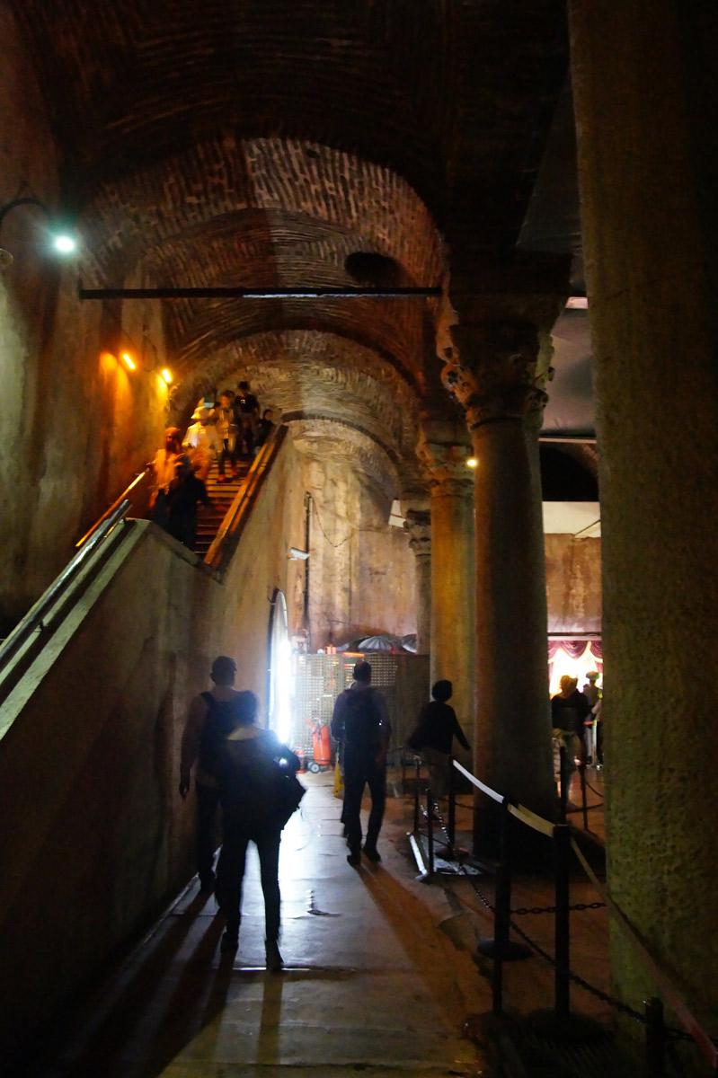 По этой лестнице сюда спускаются посетители. Стамбул, Турция, весна 2019