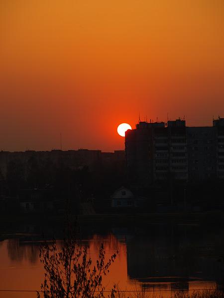 Солнце зацепилось за дом  Нахабино, весна 2009