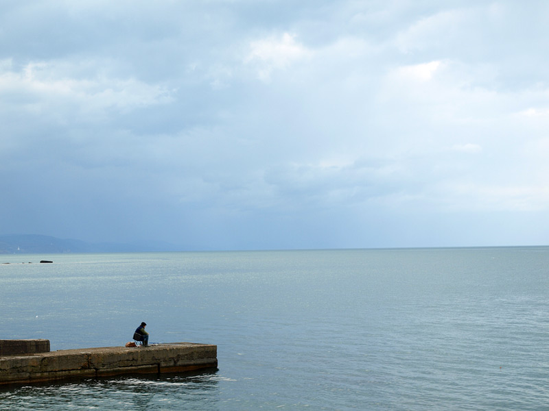 Рыбак у моря...  Алушта, Крым, весна 2009