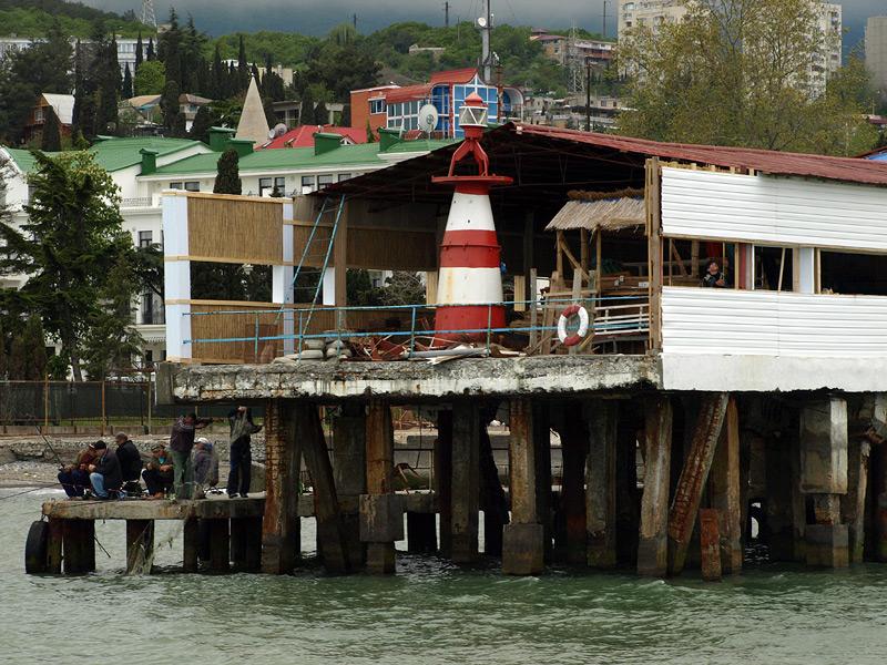 Рыбаки у маяка.  Алушта, Крым, весна 2009
