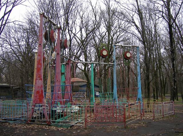 Снова бывшие качели... Краснодар, весна 2007