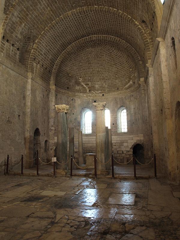 В зале церкви. церковь Святого Николая, Демре, Турция, осень 2013