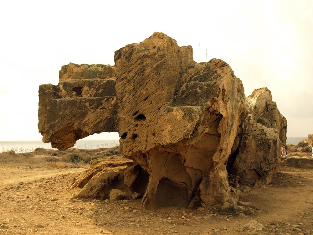 Изъеденная скала с могилами.  Пафос, Кипр, осень 2014