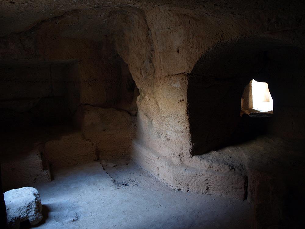 В этой гробнице хорошо: тихо, прохладно, телефон не берет. Что еще для счастья надо?:)  Пафос, Кипр, осень 2014