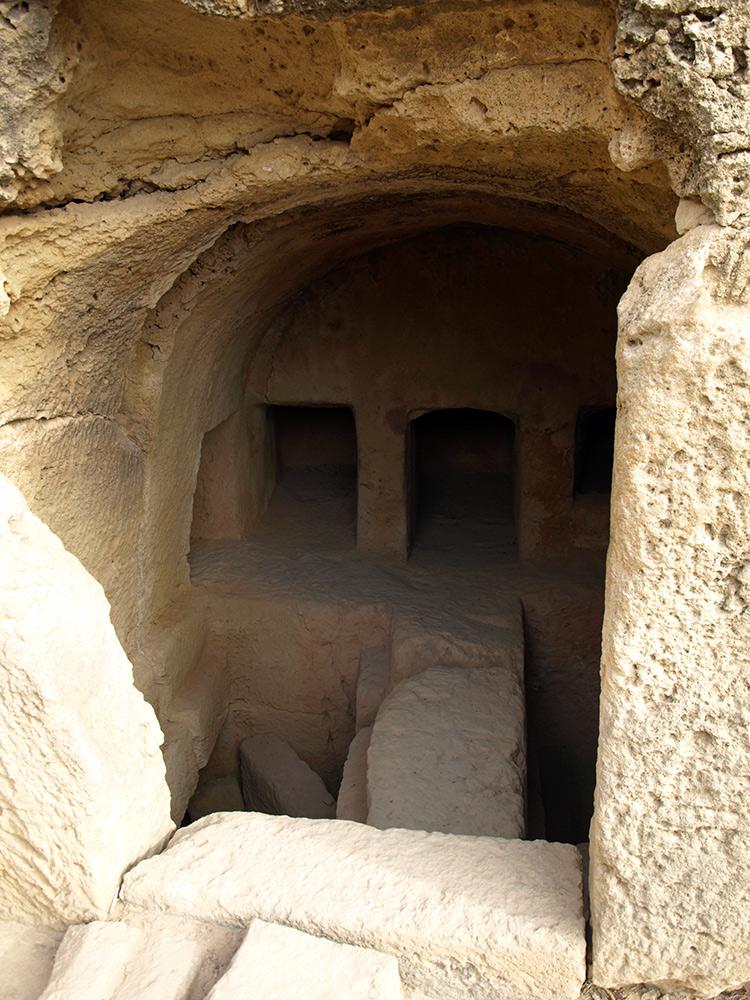 Внутри гробницы. Пафос, Кипр, осень 2014