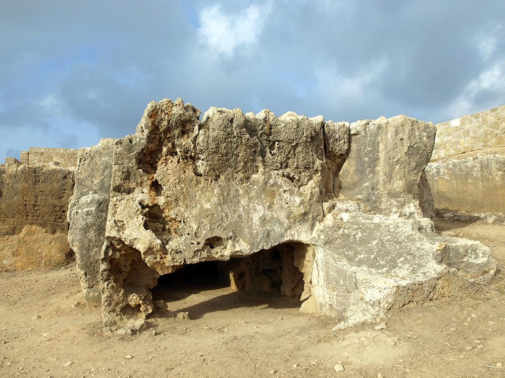 Ходы под скалой. Пафос, Кипр, осень 2014