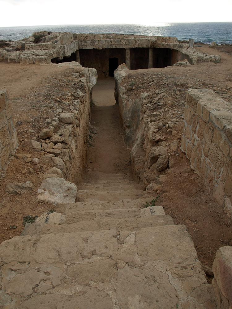Спуск в гробницу. Пафос, Кипр, осень 2014
