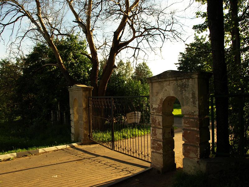 Закрытые ворота. Новый Иерусалим, лето 2010