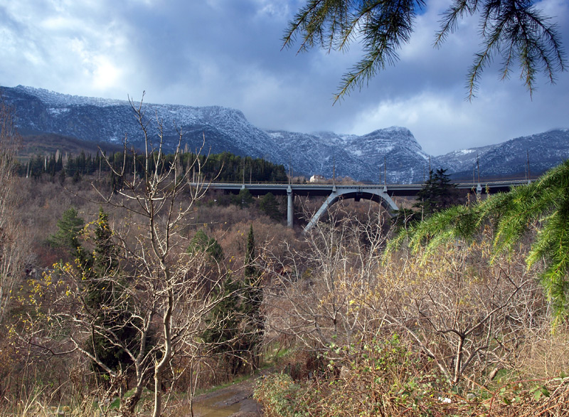 Мост шоссе в Ялту.  Гурзуф, Крым, зима 2011