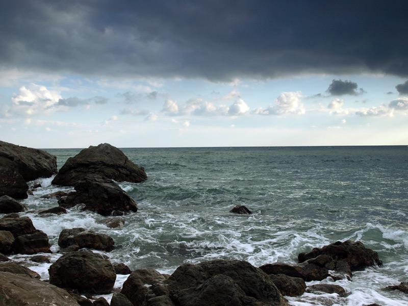 Полоска чистого неба над морским волнением...  Гурзуф, Крым, зима 2011