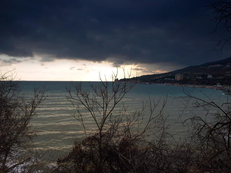 Рисунок солнца на волнах...  Гурзуф, Крым, зима 2011