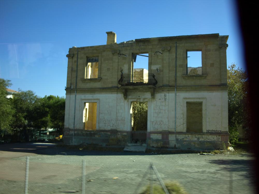 """Развалины дома на """"Зеленой линии"""".   Никосия, Кипр, осень 2014"""