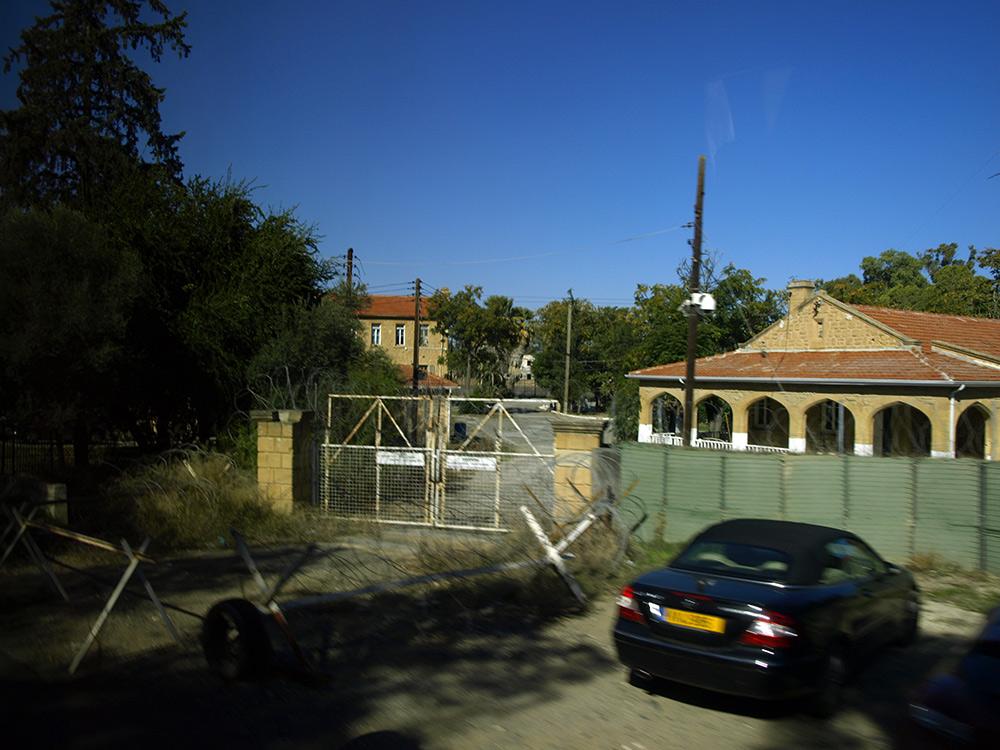 Парковка у границы.   Никосия, Кипр, осень 2014