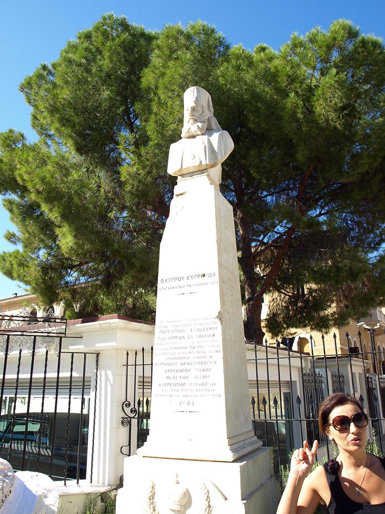 Памятник со следами пуль.   Никосия, Кипр, осень 2014