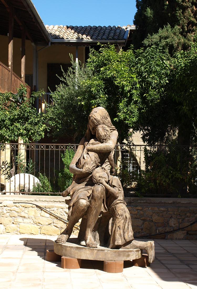Памятник во дворе.   Никосия, Кипр, осень 2014