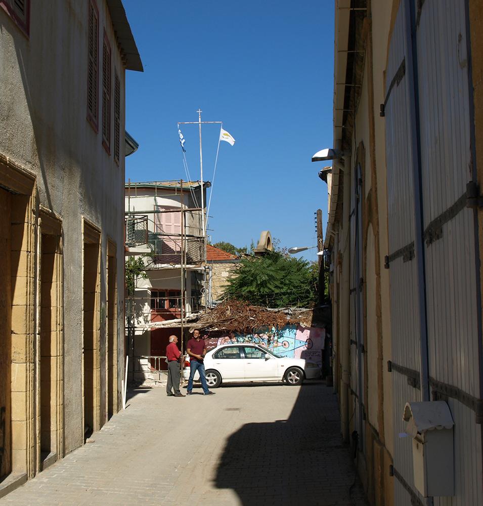 Граница проходит по домам.   Никосия, Кипр, осень 2014