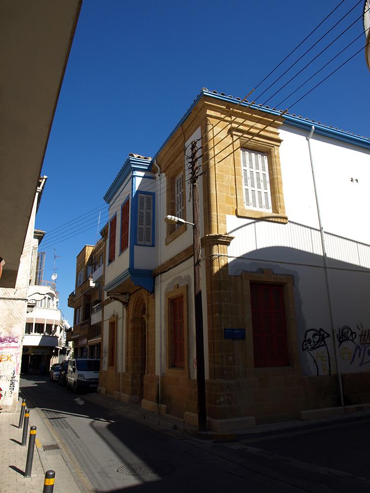 Домик с синими ставнями.   Никосия, Кипр, осень 2014