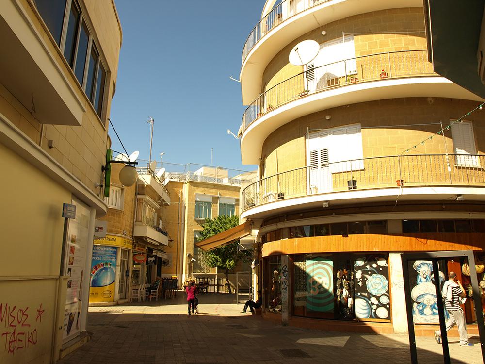 Круглое здание.   Никосия, Кипр, осень 2014