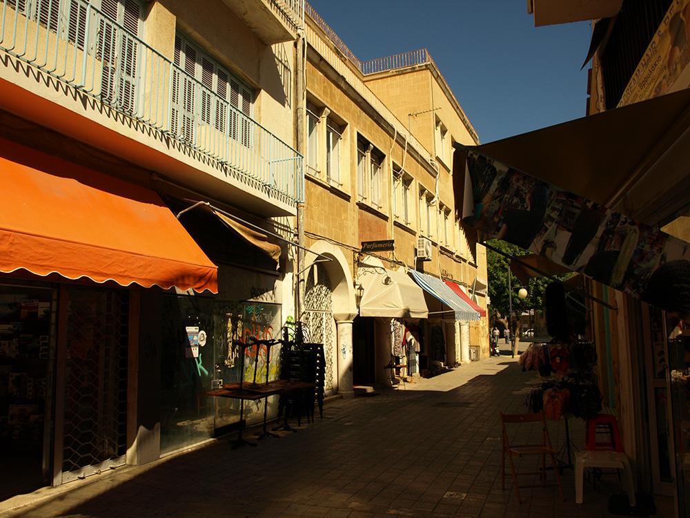 В тени навесов.   Никосия, Кипр, осень 2014