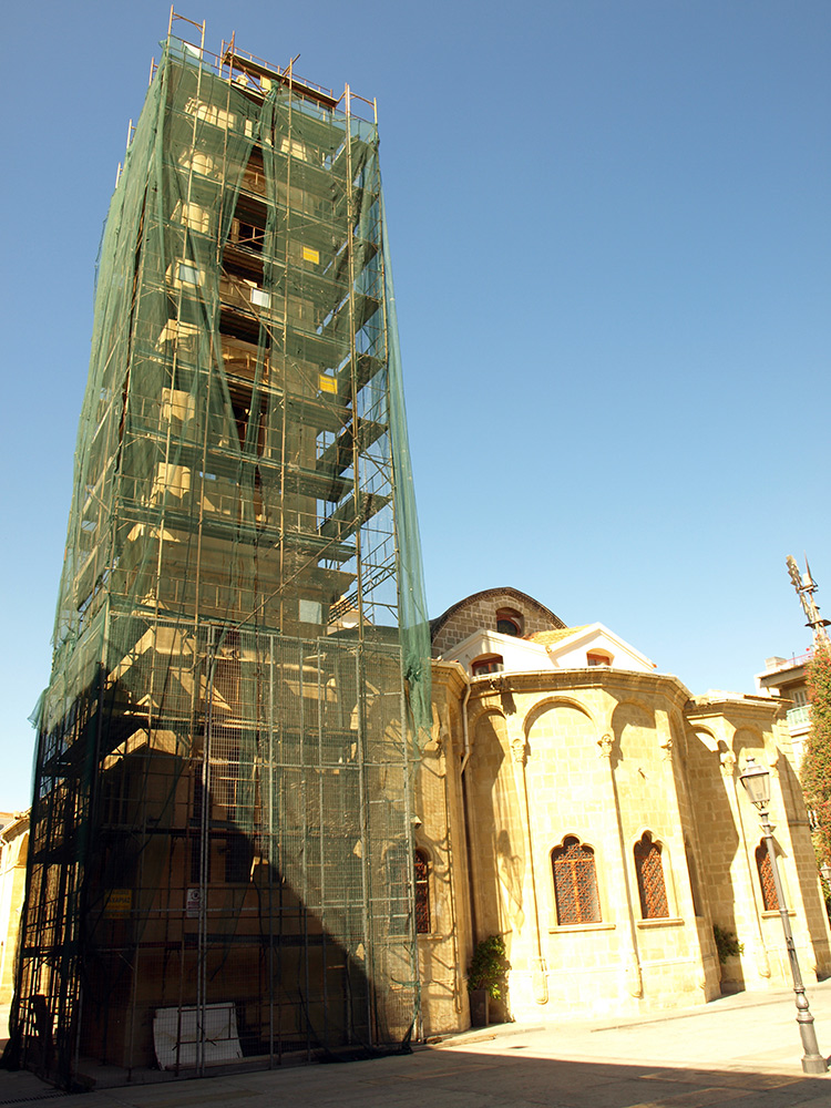 Храм и высокая колокольня.   Никосия, Кипр, осень 2014