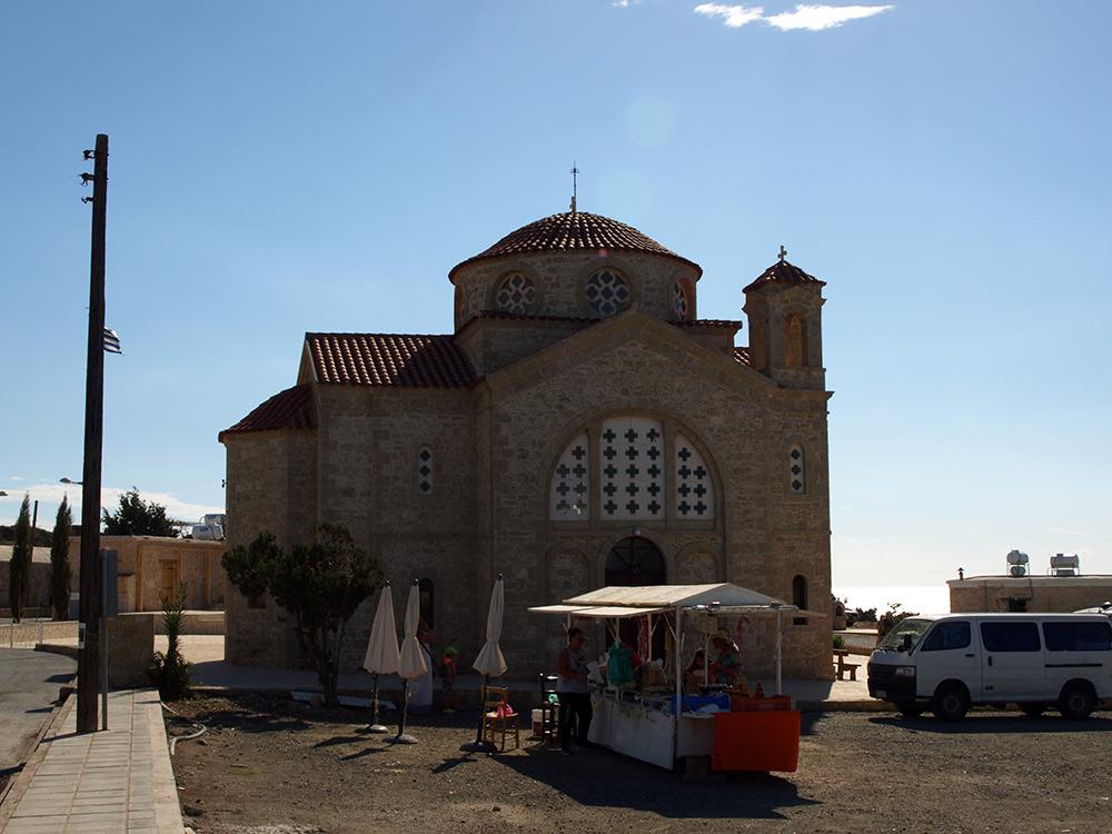 Храм Святого Георгия и торговцы керамикой.   Кипр, осень 2014