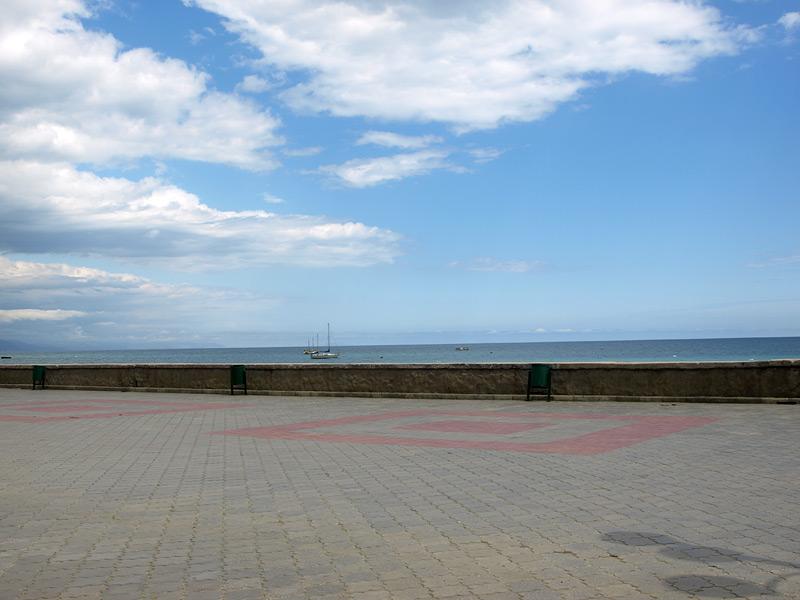 Небо над набережной. Алушта, Крым, весна 2009