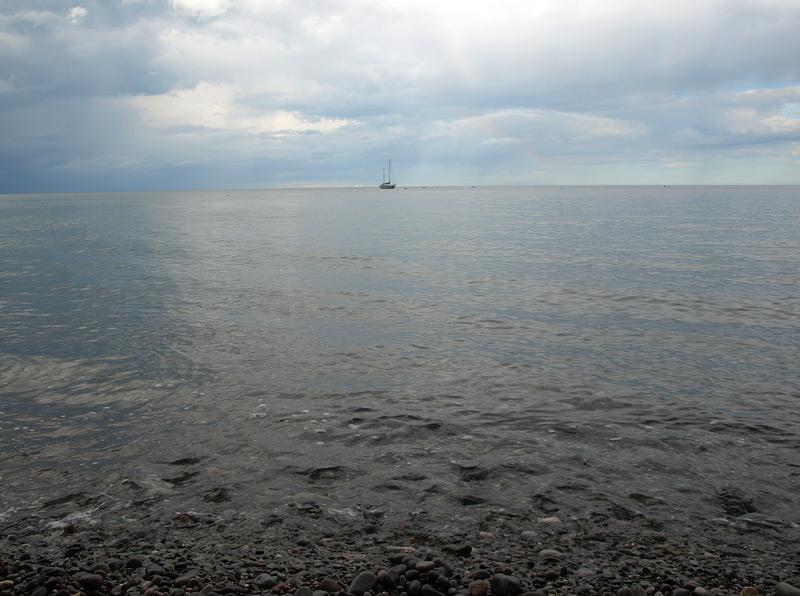 Штиль и яхта на горизонте.  Алушта, Крым, весна 2009