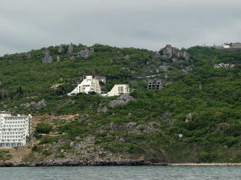 Причудливые скалы и солнечная электростанция.  Крым, весна 2009